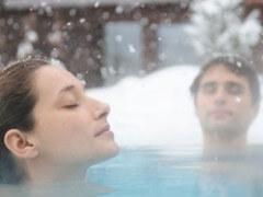Плавание в бассейне зимой под открытым небом