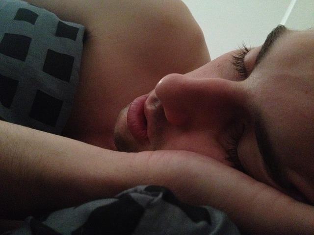 Храпит во сне